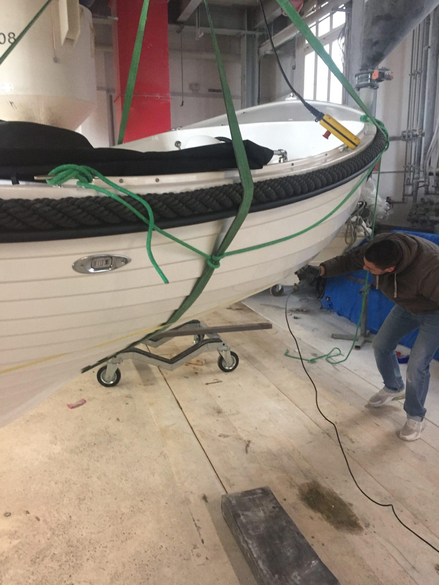 Boot wird von unserem 1.6 t Kran auf Bock verschoben